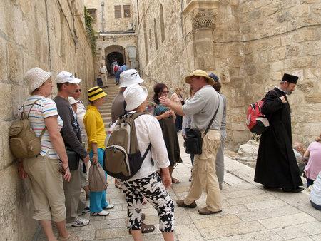 siervo: Excursi�n grupo delante del templo de ata�d del Se�or en el Monte G�lgota, en Jerusal�n, Israel