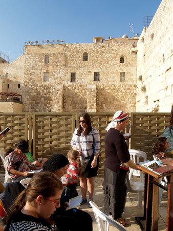 siervo: Las mujeres de los creyentes leen libros religiosos ante el Muro de las Lamentaciones en Jerusal�n, Israel