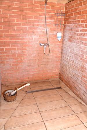 cabine de douche: Cabine de douche d'un sauna dans le centre de repos. Russie