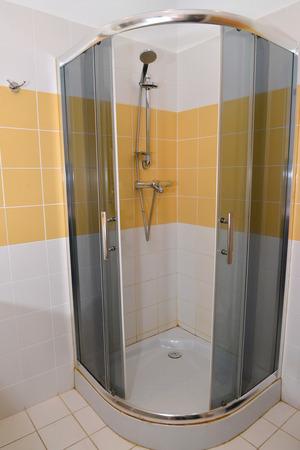 duschkabine: Duschkabine im Badezimmer des Hotels Lizenzfreie Bilder