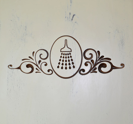 cabine de douche: L'indice sur une porte blanche d'une cabine de douche