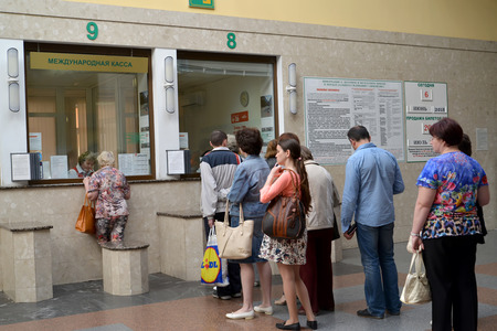 KALININGRAD, RUSSIA - 6 giu 2015: I passeggeri stare in una coda su casse e acquistare i biglietti del treno. Stazione Sud Archivio Fotografico