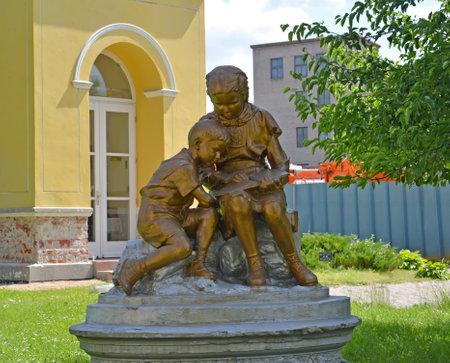 """gusev: Una scultura """"I bambini che leggono il libro"""" in Gusev"""