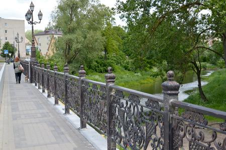 gusev: Vista del ponte e il fiume di pip� in citt� Gusev, regione di Kaliningrad