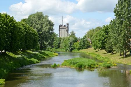 gusev: Una veduta del fiume di Piss e la costruzione di una diga in una giornata di sole Archivio Fotografico