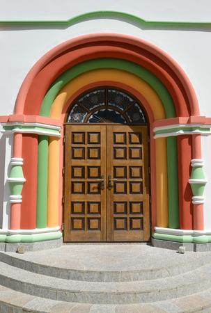 gusev: L'ingresso al tempio della Dormizione della Theotokos. Citt� Gusev, regione di Kaliningrad