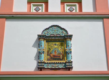 gusev: Icona della Dormizione della Theotokos su un muro del tempio. Citt� Gusev, regione di Kaliningrad