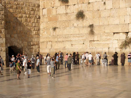 siervo: Jerusalén, ISRAEL - 09 DE OCTUBRE DE 2012: Los media de un hombre del territorio en el muro de los lamentos