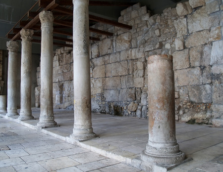siervo: JERUSAL�N, ISRAEL - 09 de octubre 2012: Columnas de Jerusal�n (restos de Roman kardo)