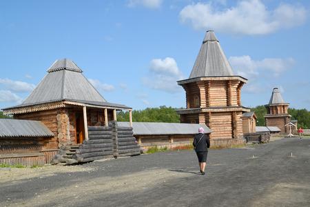 siervo: La mujer pasa a través del territorio del monasterio del hombre Sagrado y Troitsk Trifonov-Pechengsky. región de Murmansk