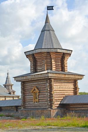 siervo: Torre del siervo del monasterio del hombre Sagrado y Troitsk Trifonov-Pechengsky. región de Murmansk Foto de archivo