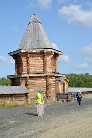 siervo: Murmansk, Rusia - julio 18 de, 2015: peregrinos femeninas en el territorio del monasterio del hombre Sagrado y Troitsk Trifonov-Pechengsky