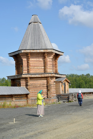 siervo: MURMANSK, RUSSIA - JULY 18, 2015: Female pilgrims in the territory of the Sacred and Troitsk Trifonov-Pechengsky mans monastery