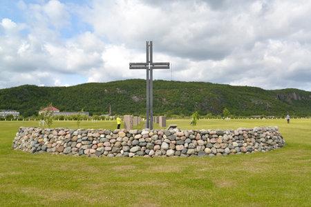 memorial cross: Cruz memorable en un cementerio conmemorativo ruso-alemán. Arreglo de Pechenga, región de Murmansk