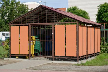 botes de basura: La plataforma recipiente cerrado para contenedores de basura. Polonia