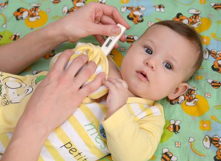Die Messung der Temperatur an den Kranken Baby elektronische Thermometer Standard-Bild