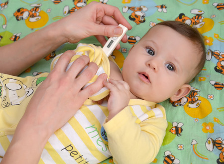 2 5 months: Measurement of temperature to the sick baby electronic thermometer