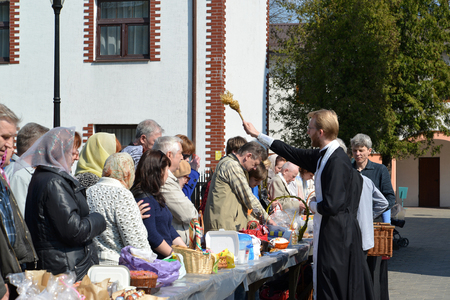 believers: KALININGRAD, RUSSIA - APRIL 19, 2014: Consecration of believers and Easter cakes for Easter