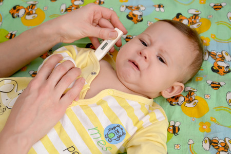 2 5 months: Measurement of temperature to the sick crying baby the electronic thermometer