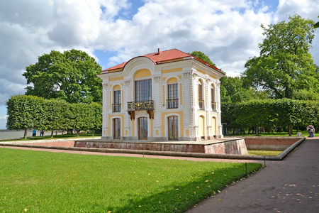 poorly: PETERHOF, RUSSIA - JULY 24, 2015: A view of the pavilion Hermitage in Nizhny park