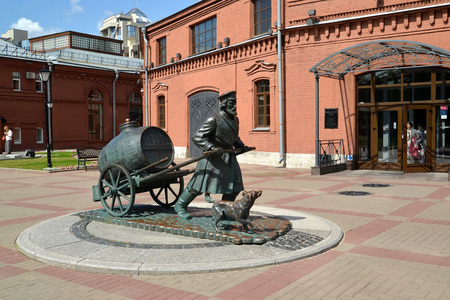 wheel barrel: ST. PETERSBURG, RUSSIA - JULY 15, 2015: A monument to the St. Petersburg water carrier in the territory of the museum Water Universe