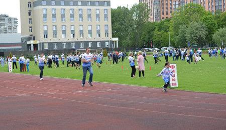 futbol infantil: KALININGRAD, RUSSIA - MAY 15, 2016: Family run competitions Cheerful starts