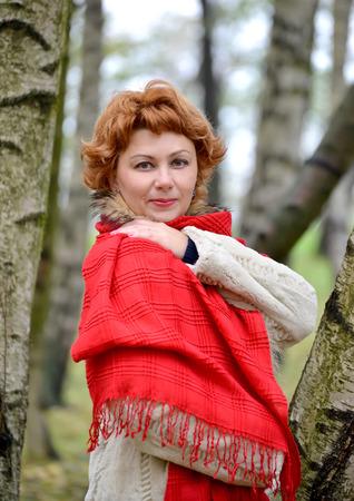 stole: Retrato de la mujer segura de los años medios en una estola roja
