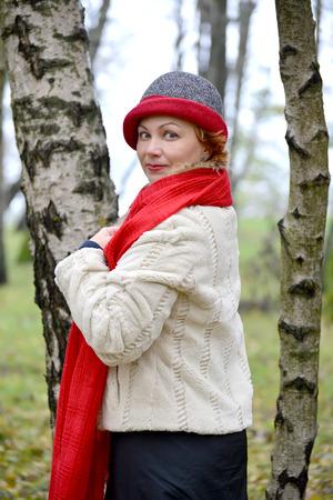 stole: Retrato de la mujer de los años medios en una estola roja y un sombrero