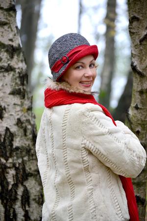 robo: Retrato de la mujer alegre de los años medios en un sombrero