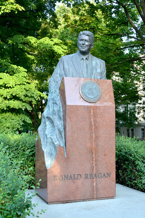 ronald reagan: WARSAW, POLAND - AUGUST 23, 2014: A monument to the U.S. President Ronald Reagan on Uyazdovskaya Avenue Editorial