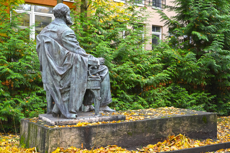 physiologist: SVETLOGORSK, RUSSIA - OCTOBER 26, 2016: Monument to the academician I. P. Pavlov in the fall