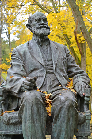 physiologist: SVETLOGORSK, RUSSIA - OCTOBER 26, 2016: Fragment of a monument to the academician I. P. Pavlov in the fall