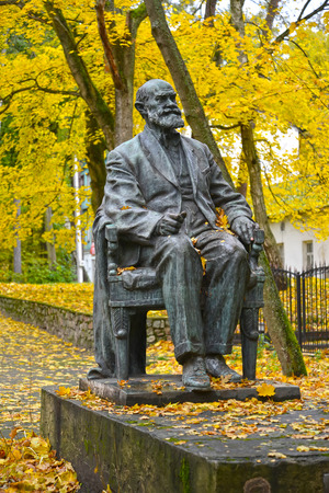 physiologist: SVETLOGORSK, RUSSIA - OCTOBER 26, 2016: A monument to the academician I. P. Pavlov against the background of autumn trees
