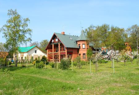 hospedaje: Vista del asentamiento de la cabaña en la tarde de primavera