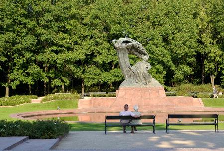 pianista: VARSOVIA, POLONIA - 23 DE AGOSTO DE 2014: Un monumento a Frederic Chopin en el parque de Lazenki Editorial