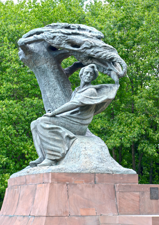 pianista: Monumento a Frederic Chopin en el parque Lazenki contra el fondo de árboles. Varsovia, Polonia Foto de archivo