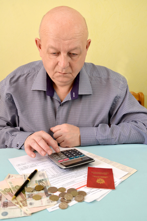 The pensioner counts on the calculator cash expenditures on utility payments