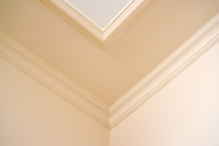Coin de chambre avec un plafond plafond dans des tons clairs Banque d'images - 89127587