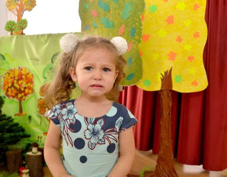 3 살짜리 소녀가 유치원에서 울다. 에디토리얼