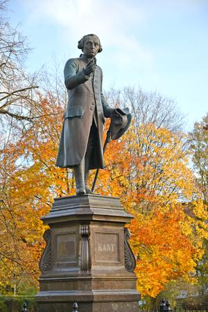 Monument voor Immanuel Kant in de herfst. Kaliningrad