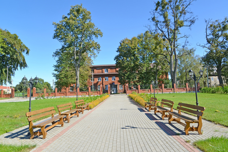 The square with wooden benches. Znamensk, Kaliningrad region Banque d'images - 96448911