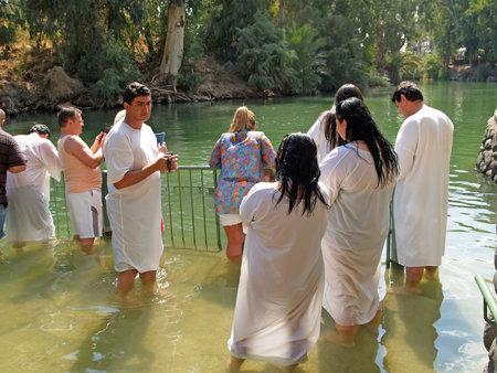 YORDANIT, ISRAEL - 6 DE OCTUBRE DE 2012: Grupo de peregrinos antes de la ablución en aguas sagradas del río Jordán. Israel