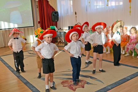 KALININGRAD, RUSSIA - OCTOBER 31, 2018: Boys execute dance of mushrooms. A morning performance in kindergarten Редакционное