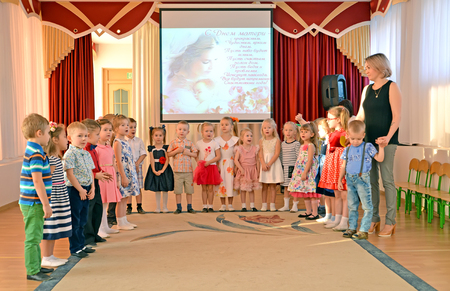 KALININGRAD, RUSSIA - NOVEMBER 29, 2018: Children sing the song on a morning performance, to the devoted Mothers Day. Kindergarten Редакционное