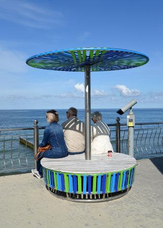 ZELENOGRADSK, RUSSIA - SEPTEMBER 09, 2018: Tourists have a rest on a promenade in summer day. Kaliningrad region Banque d'images - 115575938