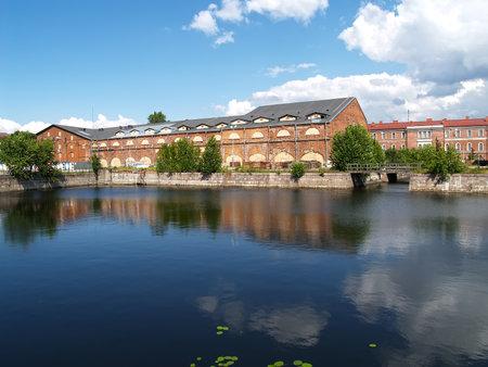 ST. PETERSBURG, RUSSIE - 15 JUILLET 2015 : une vue sur les bâtiments d'entrepôt et un étang en journée d'été. Île Nouvelle Hollande Éditoriale