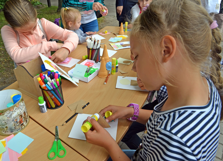 KALININGRAD, RUSSIA - JULY 08, 2018: Children do applique of color paper. Children's master class in the open air Imagens - 116750991