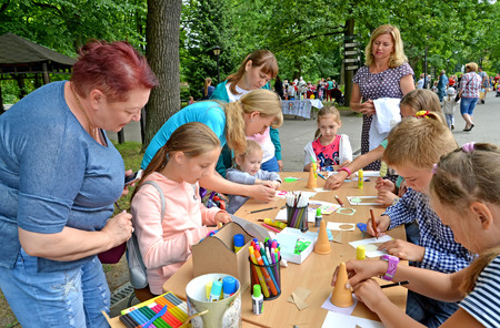 KALININGRAD, RUSSIA - JULY 08, 2018: Childrens master class in paper applique in the open air Редакционное