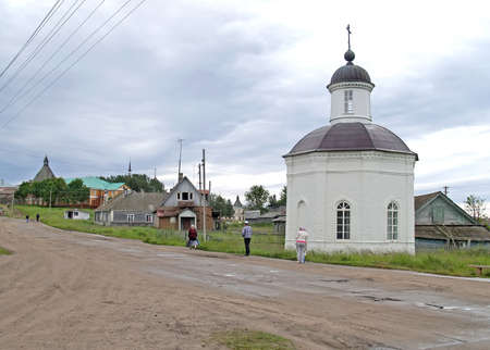 Chapel of Philip, Metropolitan of Moscow on the side of a dirt road. Village Solovetsky, Arkhangelsk region Éditoriale