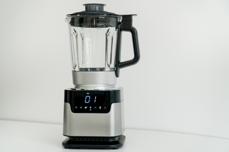 Blender avec écran tactile dans la cuisine. Cuisine électrique et électroménager Banque d'images